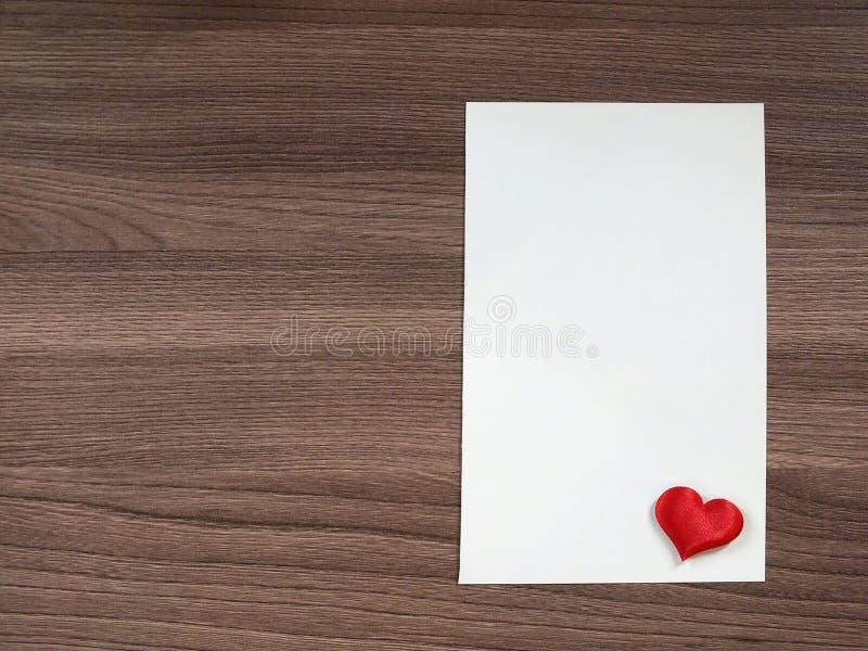 Liebesanmerkung auf dem Tisch lizenzfreie stockfotos
