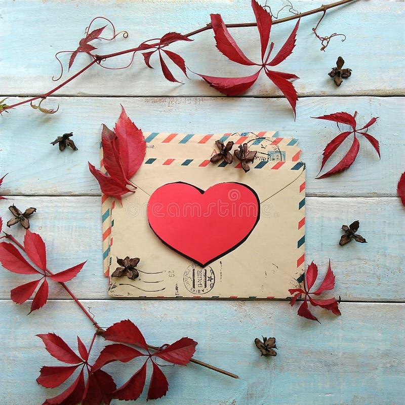 Liebesbrief auf dem Tisch lizenzfreies stockbild
