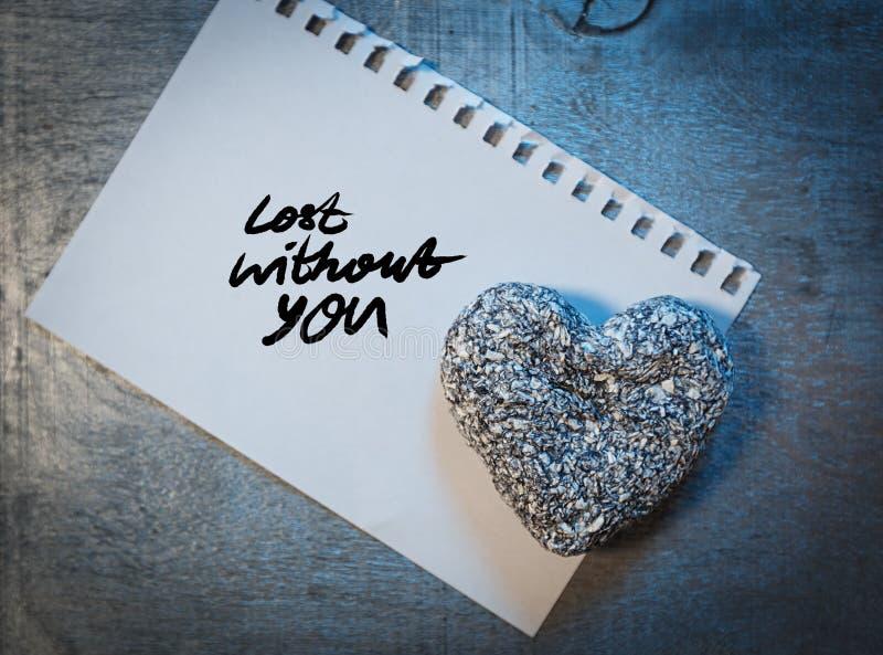 Liebesbrief auf Papier mit Stift- und Steinherzen auf hölzernem rustikalem Schreibtisch, lizenzfreies stockfoto