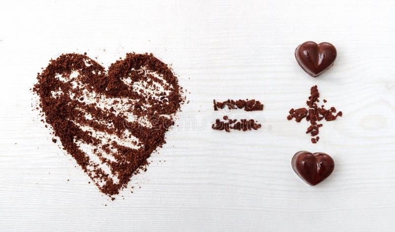 Liebesformelkonzept Zwei Pralinen machen große Liebe für Schokolade lizenzfreies stockbild