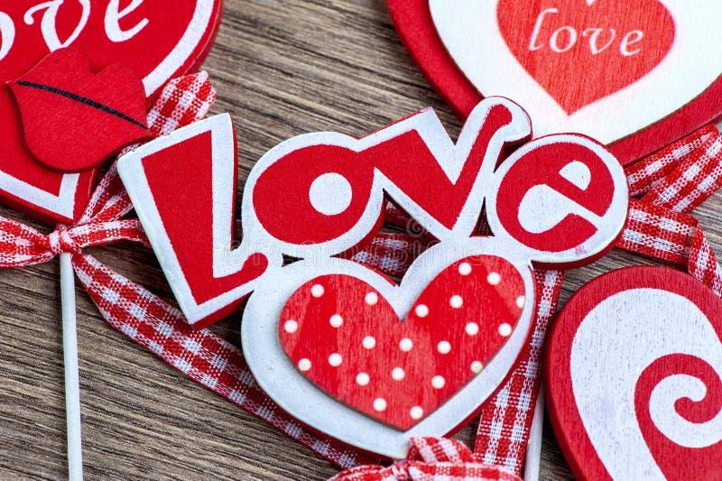 Liebesherzens - hölzernen Hintergrundes des Valentinstags stockbilder