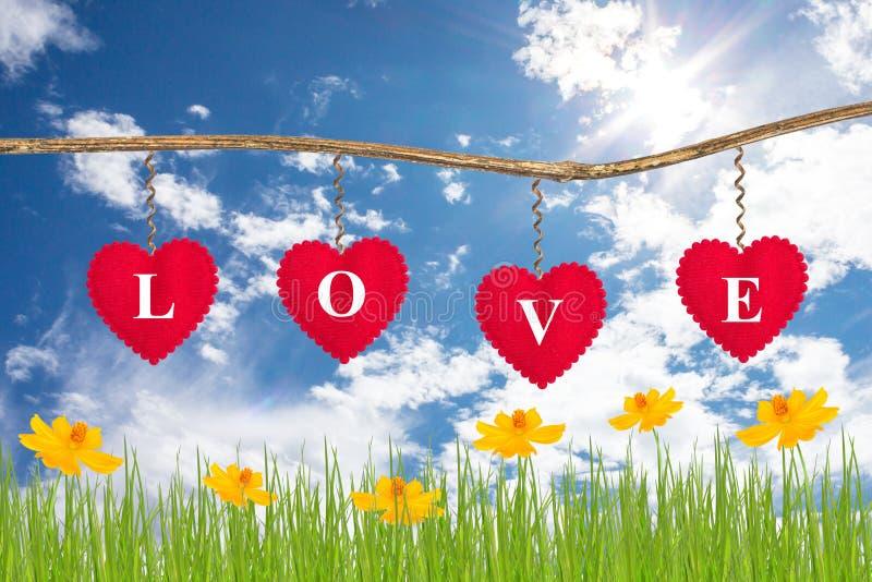 Liebesmitteilung auf rotem Herzen lizenzfreies stockbild