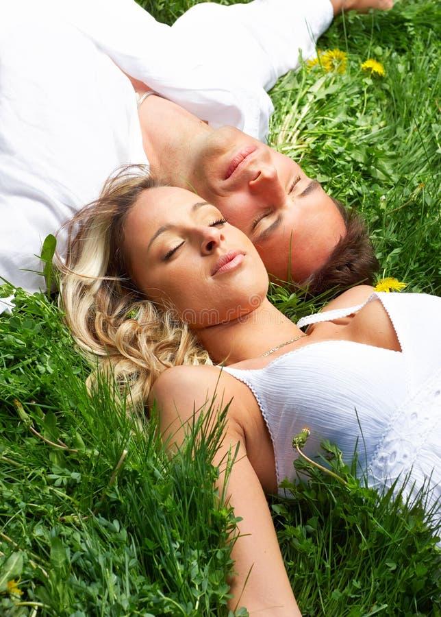 Liebespaarschlafen stockfoto