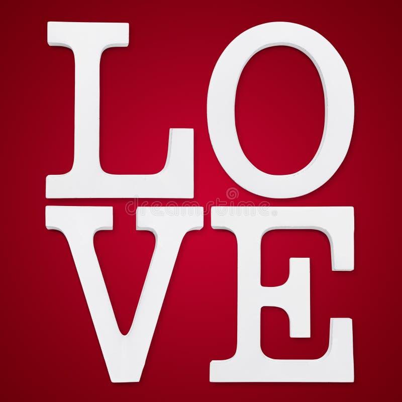 Liebestext auf rotem Hintergrund stockbild