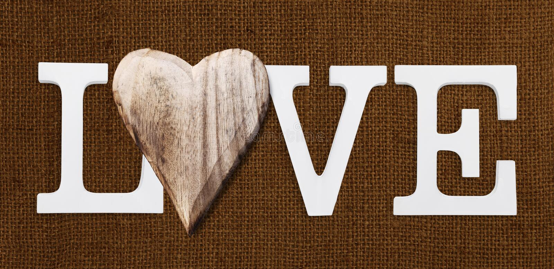 Liebestext mit hölzernem Herzen stockfotos
