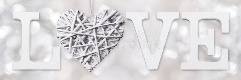 Liebestext mit Herzen des gesponnenen Holzes lizenzfreie stockbilder