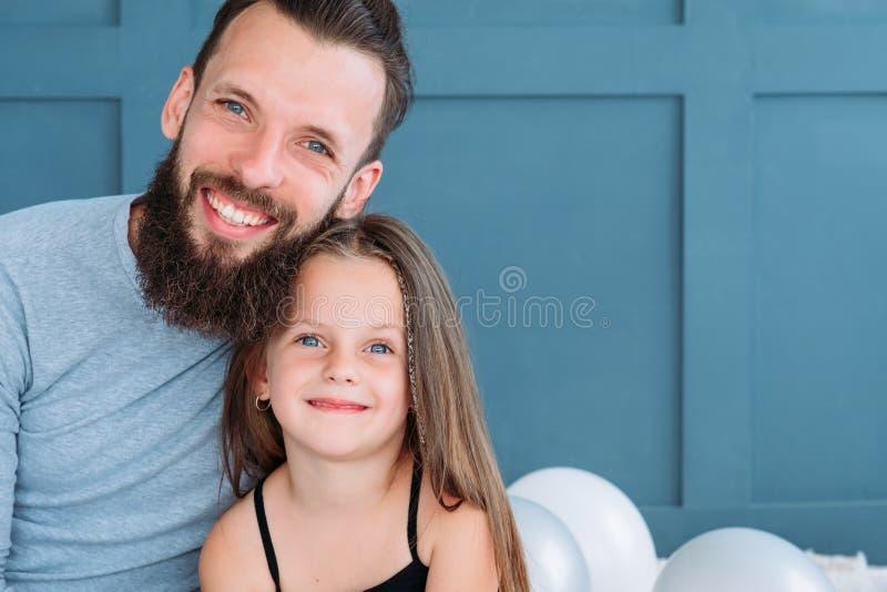 Liebesvatimädchen-Familienbond-Verhältnis-Umarmungslächeln lizenzfreies stockbild