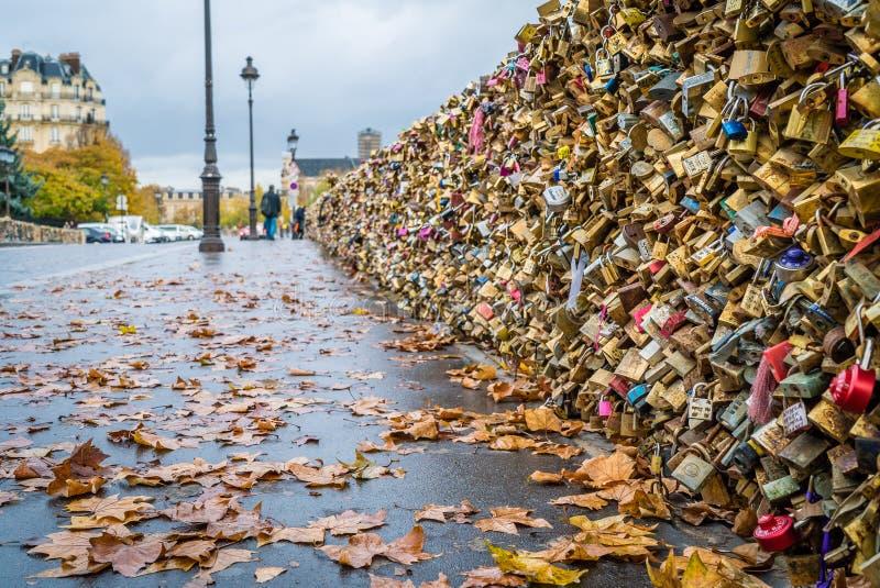 Liebesverriegelungen in Paris lizenzfreie stockfotografie