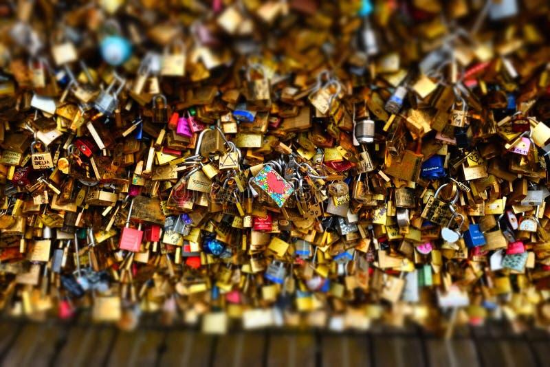 Liebesverriegelungen in Paris stockfotografie