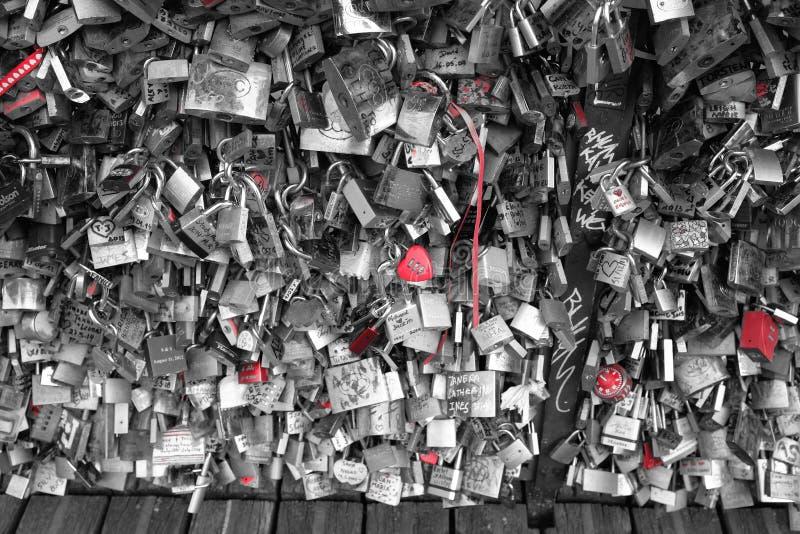 Liebesverriegelungen in Paris lizenzfreie stockfotos
