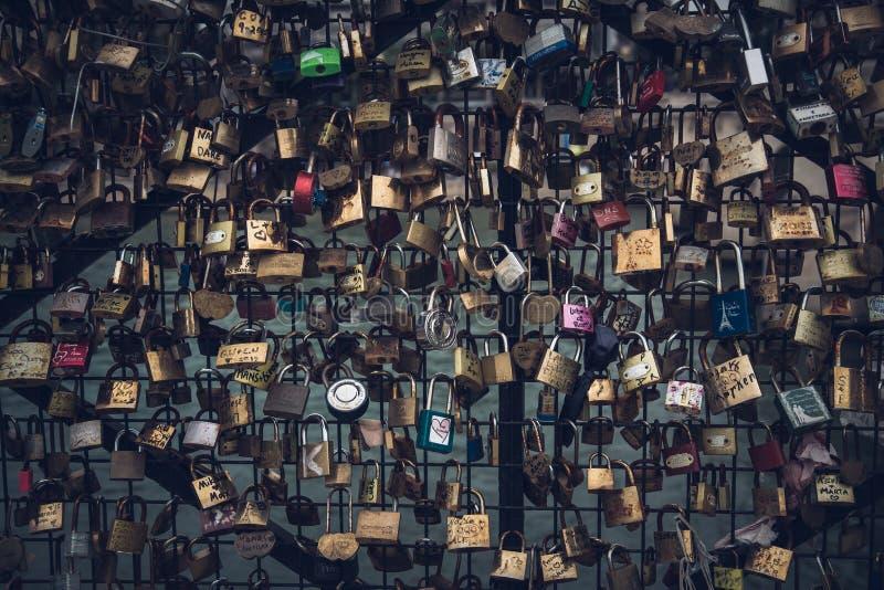 Liebesverriegelungen in Paris stockbilder