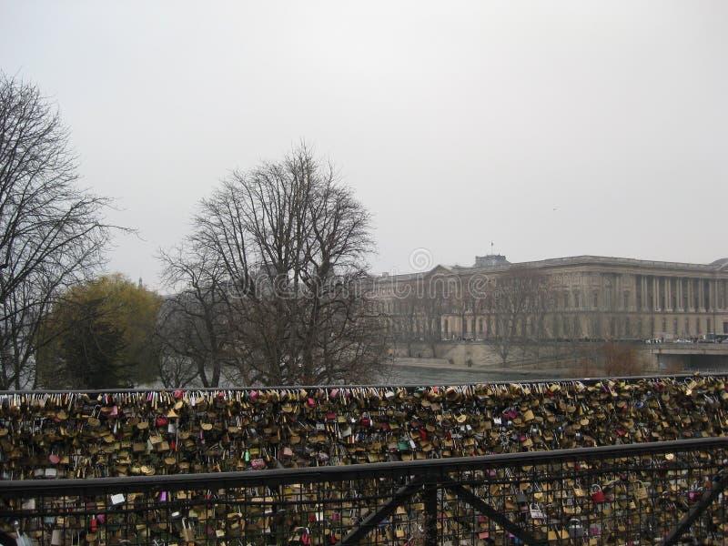 Liebesverschlüsse auf dem Pont des Arts, Paris lizenzfreie stockfotografie