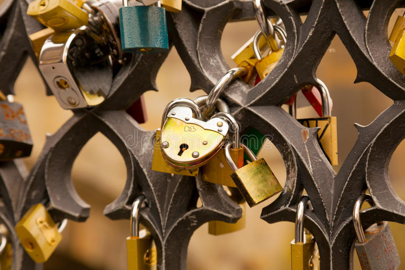 Liebesverschlüsse auf der Brücke lizenzfreie stockfotografie