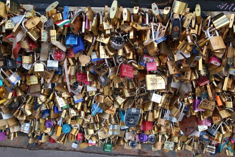 Liebesverschlüsse auf einer Brücke in Paris lizenzfreies stockfoto