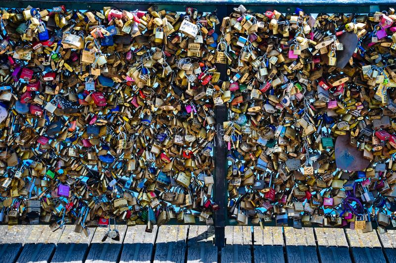 Liebesverschlüsse auf Pont des Arts Paris Frankreich lizenzfreies stockbild
