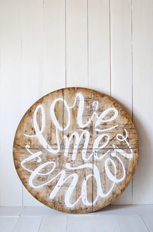 Liebeswörter Lieben Sie mich zart Briefe geschrieben auf hölzernen Hintergrund stockfotografie