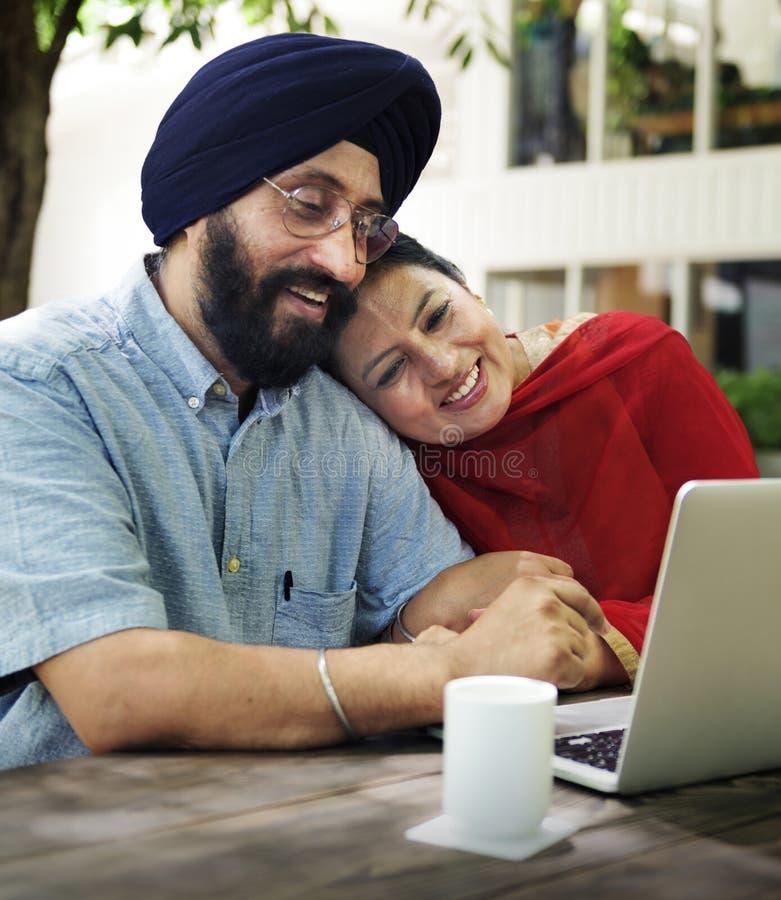 Liebevolle ältere indische Paare zusammen lizenzfreies stockfoto