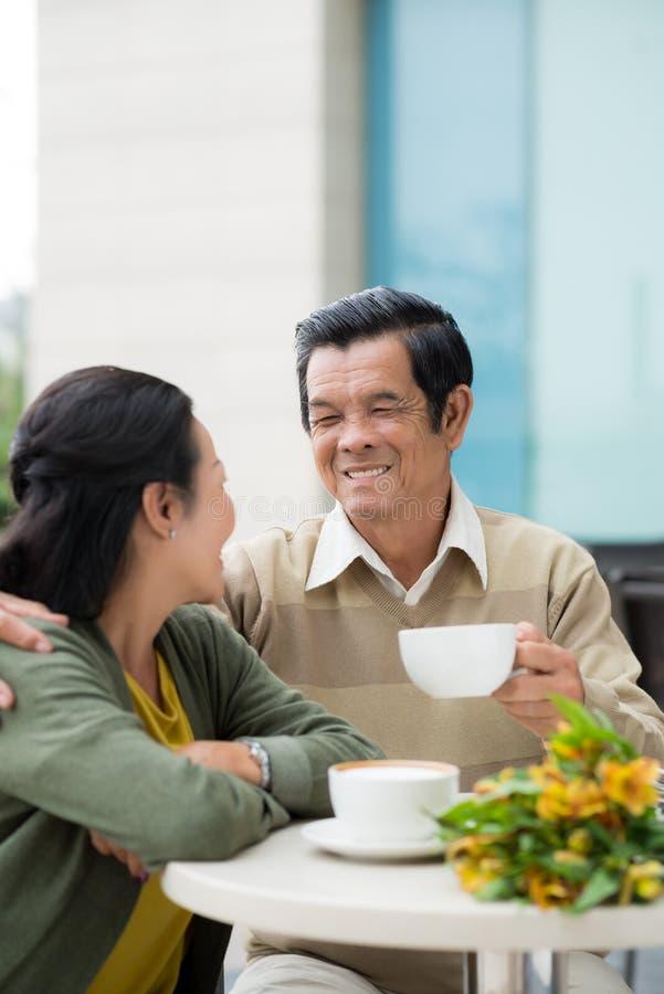 Liebevolle ältere Paare stockfotografie