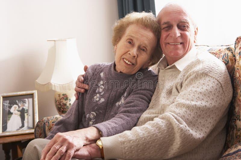 Liebevolle ältere Paare, die sich zu Hause entspannen lizenzfreie stockfotos