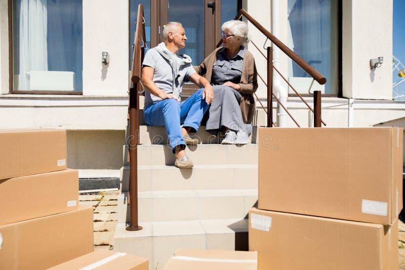 Liebevolle ältere Paare durch neues Haus stockfotografie