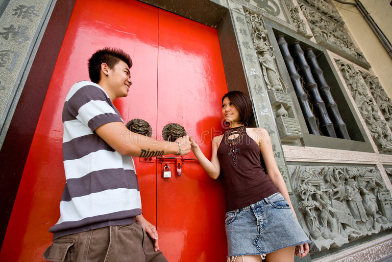 Liebevolle asiatische junge Paare stockfotos