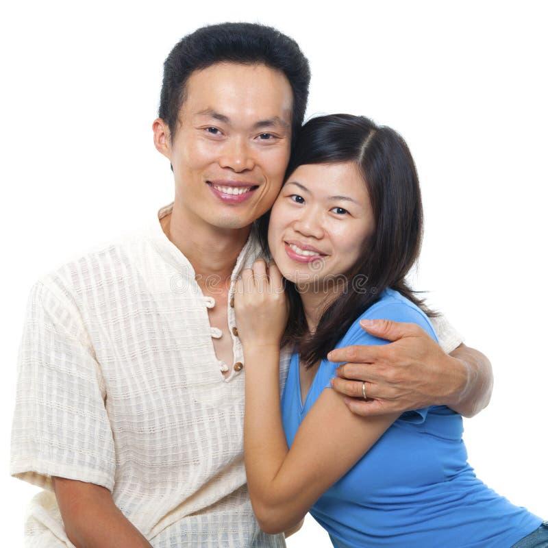 Liebevolle asiatische Paare stockbild