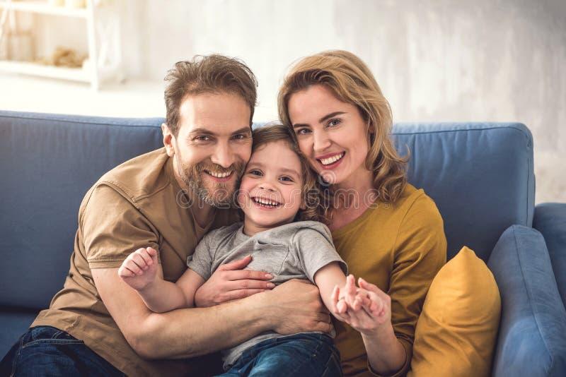 Liebevolle Eltern, die Zeit mit Sohn genießen stockfotos