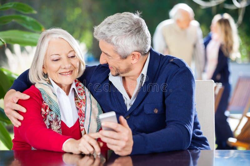 Liebevolle Enkel-und Großmutter-Anwendung lizenzfreie stockfotos