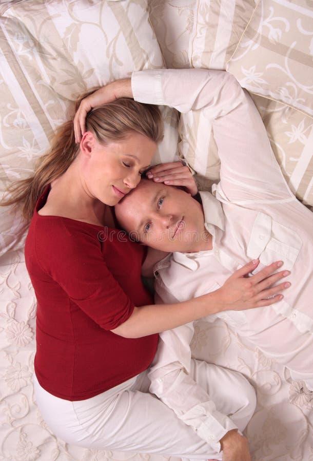 Liebevolle entspannende Paare lizenzfreies stockfoto