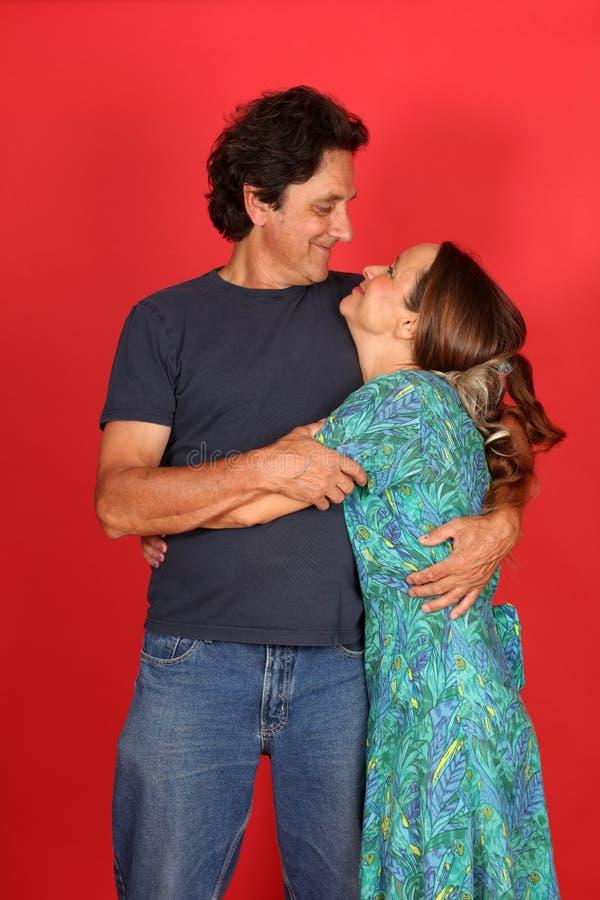 Liebevolle fällige Paare stockfoto