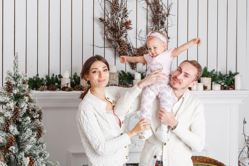 Liebevolle Familie frohe Weihnachten und guten Rutsch ins Neue Jahr Nette hübsche Leute Mutter und Vati, die kleine Tochter umarm lizenzfreie stockbilder
