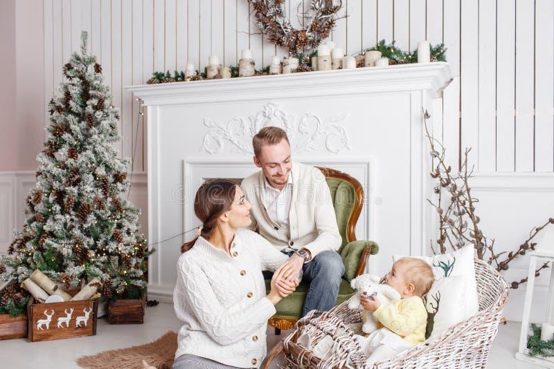 Liebevolle Familie frohe Weihnachten und guten Rutsch ins Neue Jahr Nette hübsche Leute Mutter, Vati und kleine Tochter Eltern un lizenzfreies stockbild