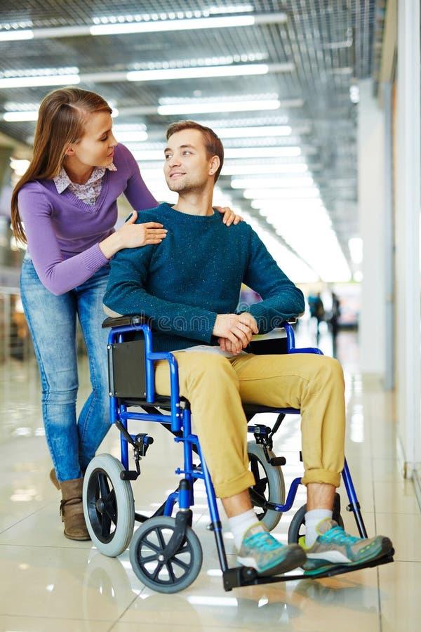 Liebevolle Frauen-stützender behinderter Ehemann lizenzfreie stockfotografie