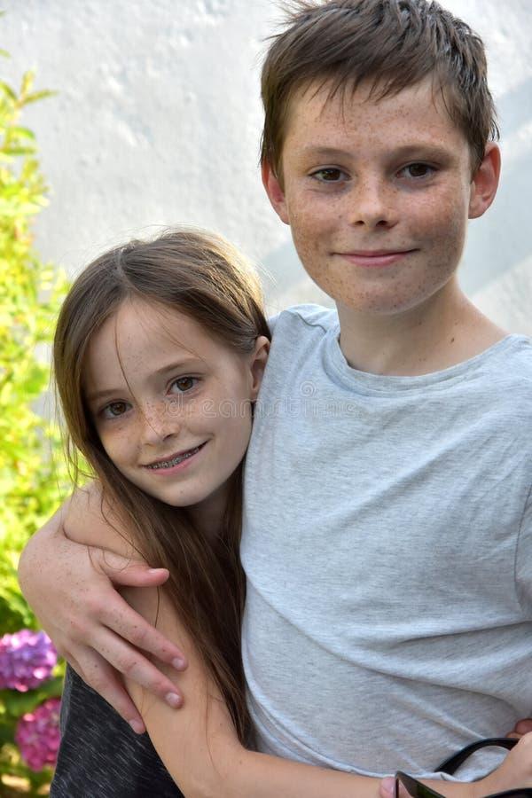 Liebevolle Geschwister lizenzfreies stockfoto