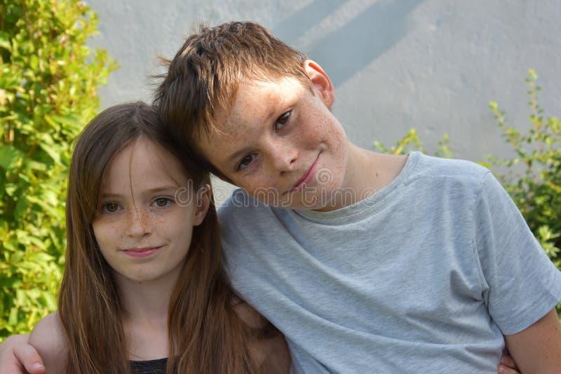 Liebevolle Geschwister stockbilder