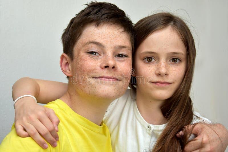 Liebevolle Geschwister stockfotografie