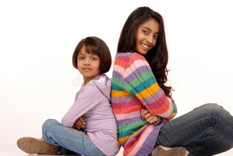 Liebevolle indische Schwestern stockfotos