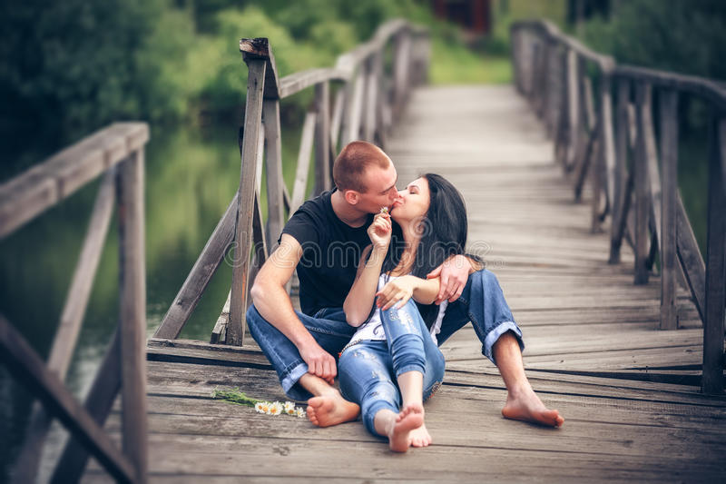 Liebevolle junge Paare stockbild
