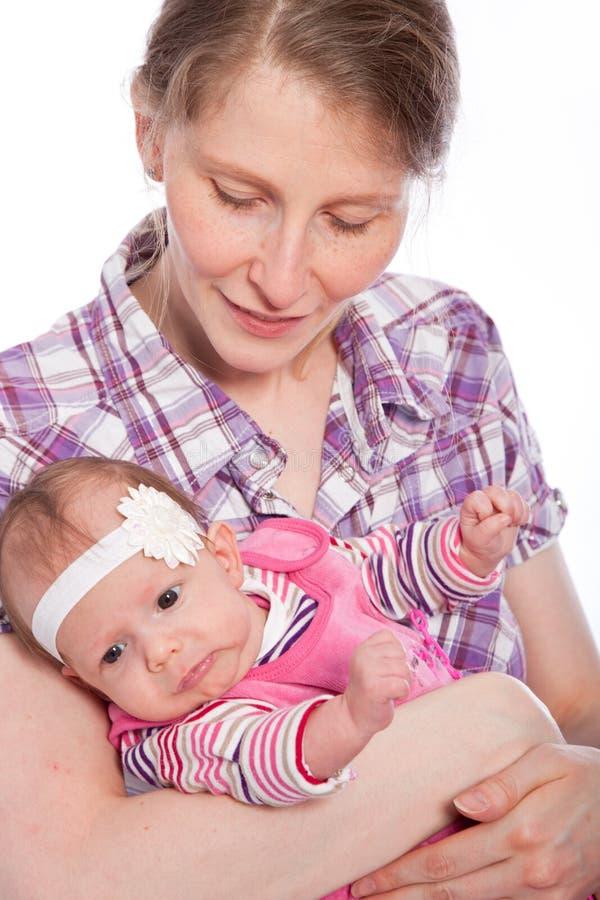 Liebevolle Mutter mit ihrer jungen Babytochter stockbilder