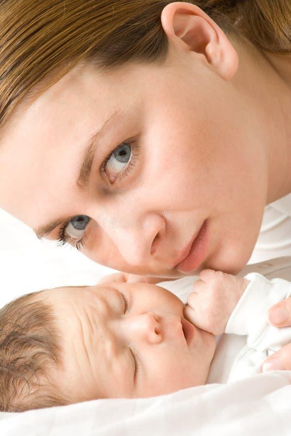 Liebevolle Mutter mit Schätzchen lizenzfreie stockbilder
