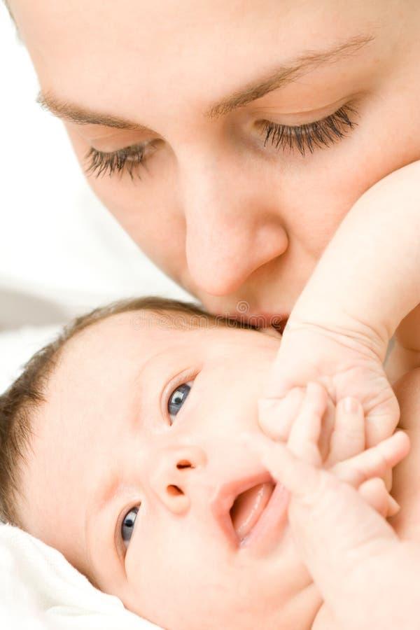 Liebevolle Mutter mit Schätzchen stockbild
