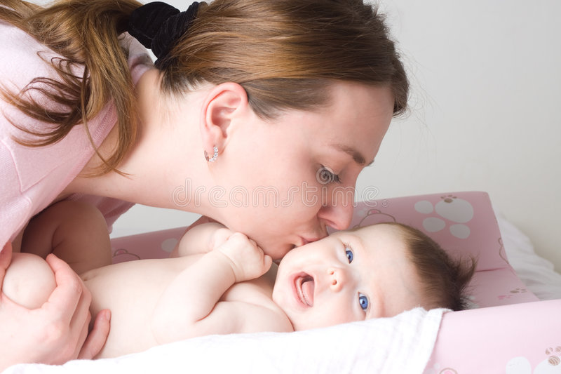 Liebevolle Mutter mit Schätzchen lizenzfreie stockfotografie
