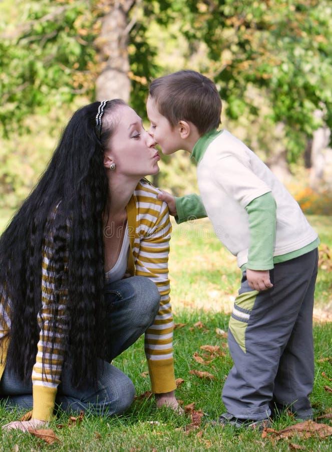Liebevolle Mutter und Sohn im Park lizenzfreie stockfotos
