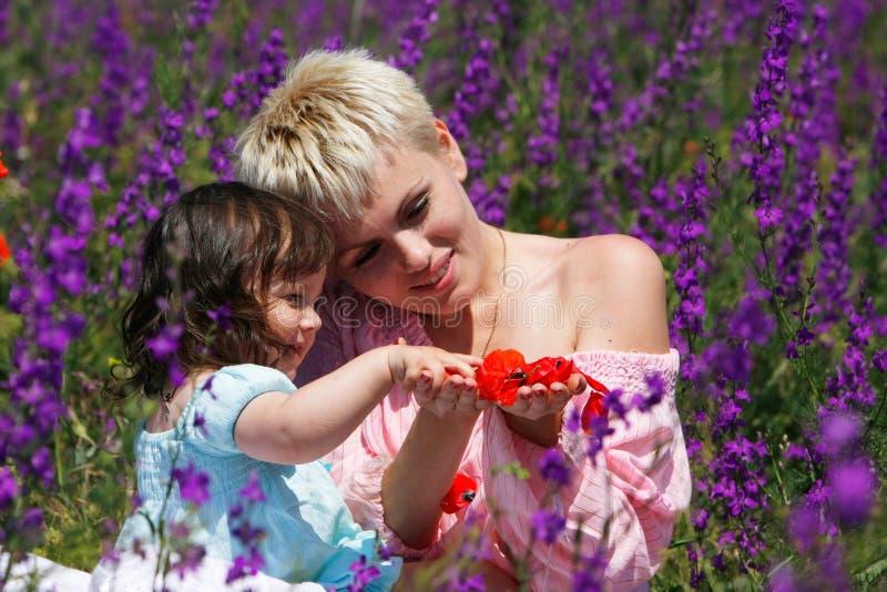 Liebevolle Mutter und Tochter stockbild