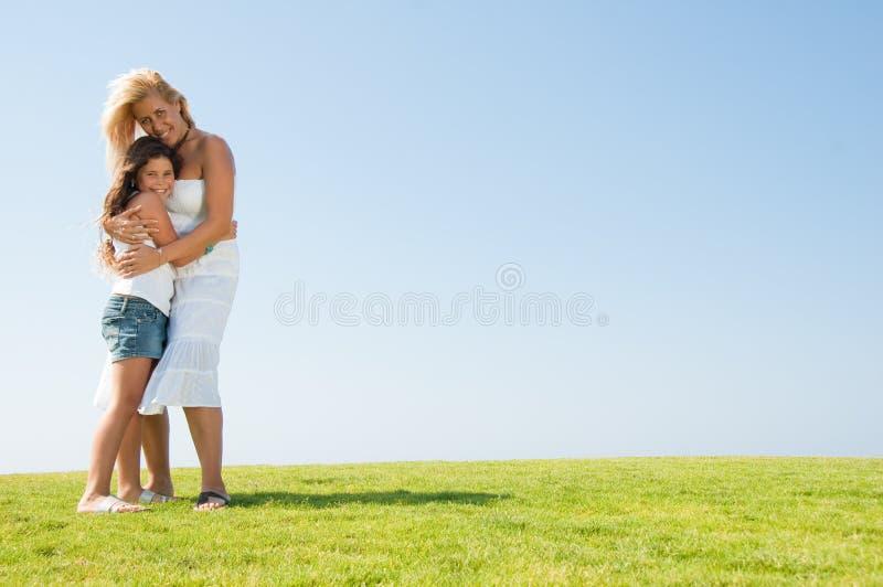 Liebevolle Mutterumfassung stockbilder