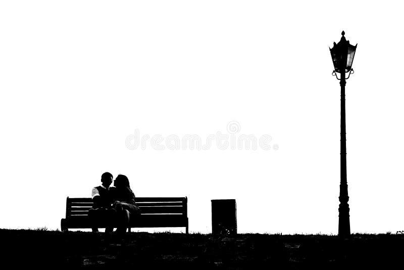 Liebevolle Paare auf einer Bank stockbild