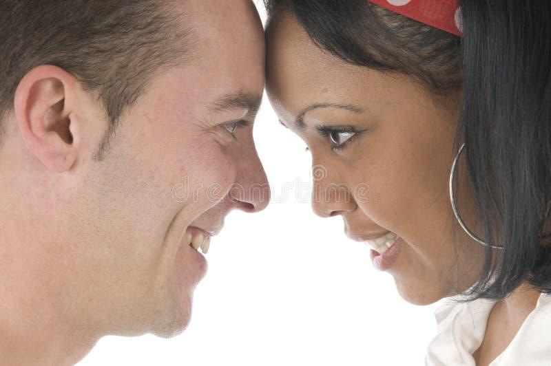 Liebevolle Paare, die den Spaß Kopf-an-Kopf- haben stockfotos