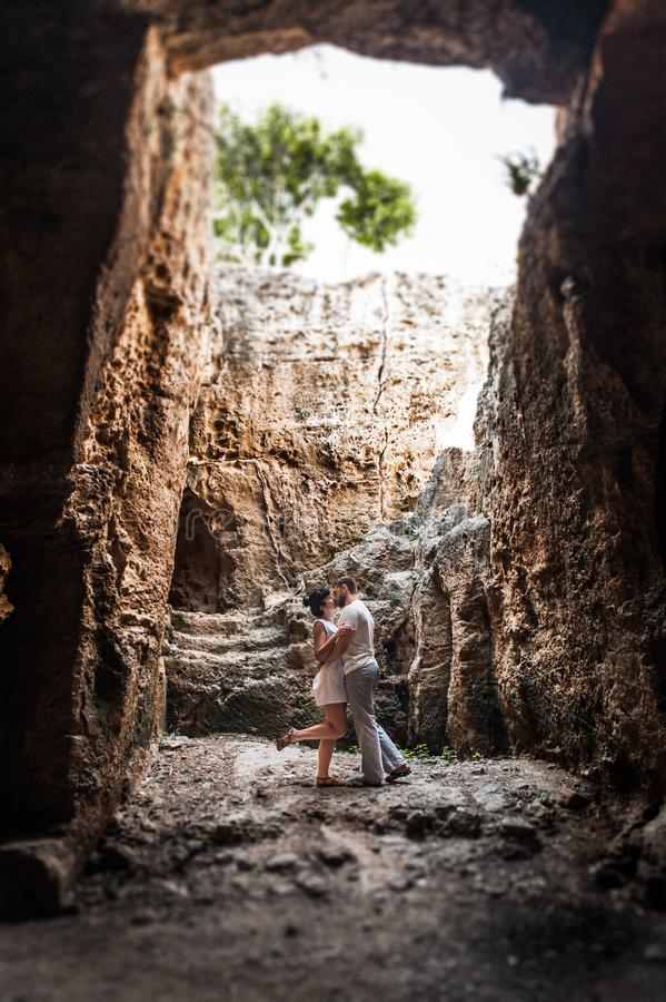 Liebevolle Paare, die in der Höhle küssen stockbild