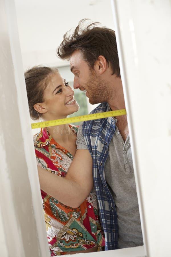 Liebevolle Paare, die nach Hause erneuern stockbilder