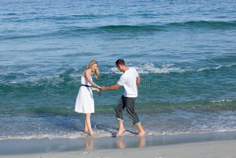 Liebevolle Paare, die Spaß an der Uferzeile haben stockfotos